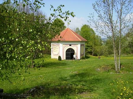 Barokní kaple nad léčivým pramenem u Svatého Kamene