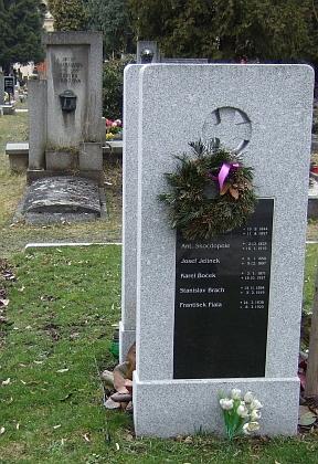 Nově upravený kněžský hrob na hřbitově u sv. Otýlie vmístech, kde předtím stával litinový kříž se jménem Antonína Skočdopole i s Trajerovými ostatky