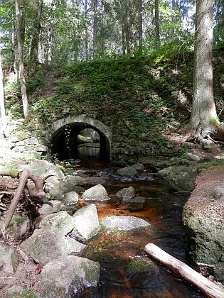 Akvadukt na Koňském potoce (Rossbach) - kanál teče nahoře, potok pod ním