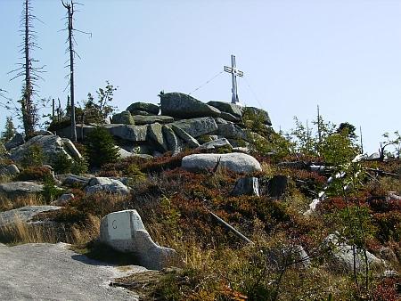 Nejvyšší hora české části Šumavy Plechý má nyní na svém vrcholu kříž