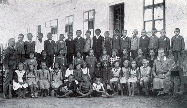 Se třídou před školou v Kaltenbachu stojí zcela vlevo