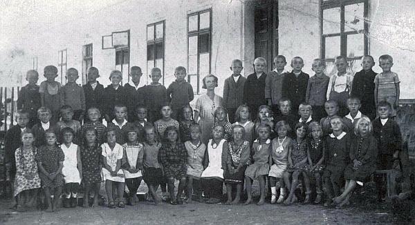 Jeho žena Anni, roz. Juglová, se třídou před budovou školy v Kaltenbachu