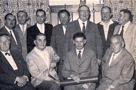 """Při 10. výročí """"Heimatgruppe Winterberg-Passau"""" je mezi krajany on tím sedícím zcela nalevo, sedící druhý zprava je F.C. Stumpfi"""