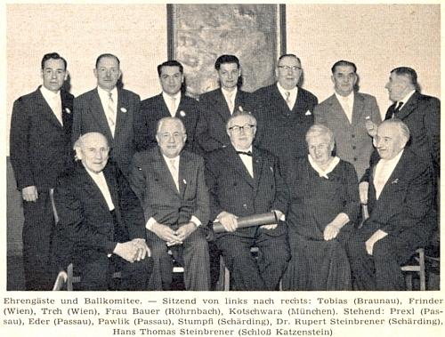 Mezi členy plesového výboru a čestnými hosty 12. vimperského bálu ve Vídni roku 1960 sedí Franz Trch uprostřed, nad ním stojí opět F.C. Stumpfi