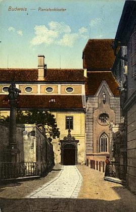 Stará kolorovaná pohlednice zachycuje část někdejšího dominikánského konventu, kde českobudějovická piaristická kolej sídlila
