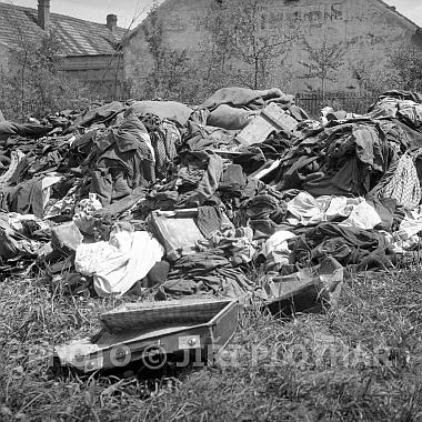 Odchod Němců z Českých Budějovic a haldy oděvů po živých i mrtvých