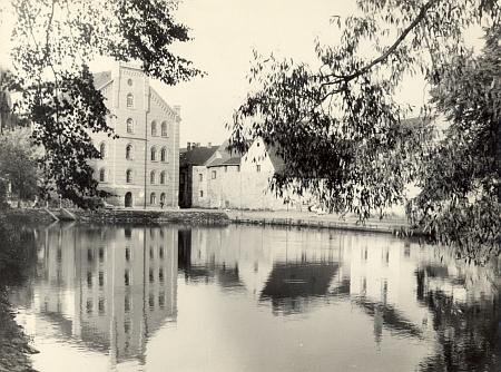 ... pohled na Přední mlýn v polovině šedesátých let 20. století...