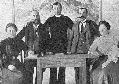 Učitelský sbor obecné školy v Polné v roce 1905  (G. Trnka starší, otec našeho autora, druhý zleva)