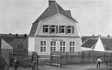 Někdejší německá škola v Malčicích, kam přišel roku 1920 ze Suchého Vrbného a už rok nato přesídlil jako učitel do Vídně