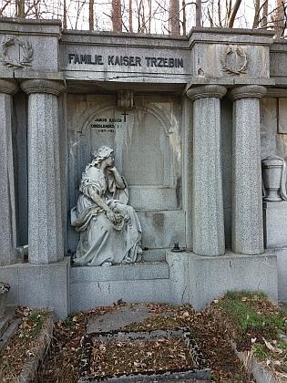Hrobka rodiny Kaiserovy a Trzebinovy na hřbitově v Dobré Vodě je dílem sochařeEdwinaSchopenhauera