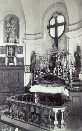 Interiér kaple na Křížové hoře na snímku zetřicátých let 20. století...