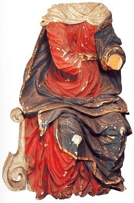 ... a torzo barokní sochy Panny Marie Bolestné z roku 1710 ve stavu, vjakém ji zanechal komunistický režim, než byla v roce 2010 restaurována do původní podoby na základě dobových fotografií, tj. i té předchozí zde vlevo