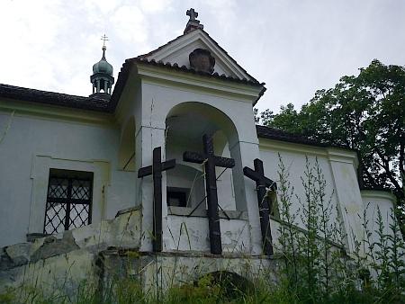 Kalvárie na Křížové hoře na snímku z pubikace z počátku devadesátých let 20. století a v roce 2011 - původní kříže byly přemístěny do běžně nepřístupných prostor kaple, viz snímek výše
