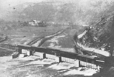 Zaniklý dvůr Vlaštovičník za krytým mostem přes Vltavu u Českého Krumlova, jehož pověst Tschernichen také zbásnil