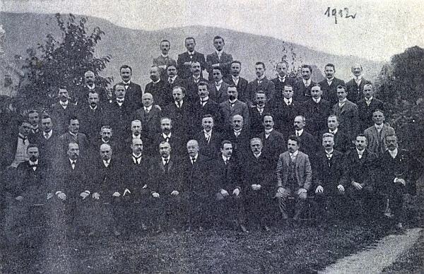Na skupinovém snímku učitelstva nýrského okresu z roku 1912 sedí v prvé řadě šestý zleva, čtvrtý zprava v téže řadě není nikdo jiný     nežli Josef Blau a třetí zleva v třetí řadě pak Hans Watzlik, šestý odleva v téže řadě ještě August Rehder mladší