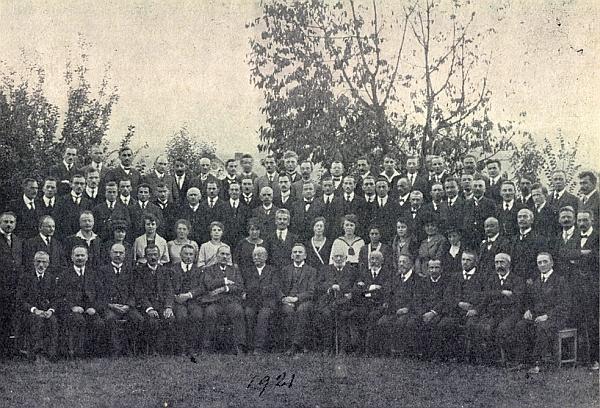 Tady na snímku téhož námětu z roku 1921 sedí v prvé řadě sedmý zleva, Blau třetí zprava v téže řadě,     Watzlik třetí zleva ve druhé řadě, v téže řadě hned nad Tschidou pak Rehder mladší