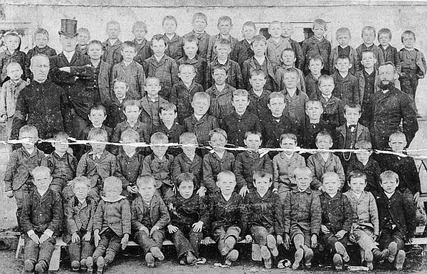 Na snímku někdy z počátku 20. století stojí pan učitel Tschida vpravo s plnovousem, jeho kolega Neumayer vlevo vedle faráře Castky má na hlavě dokonce cylindr