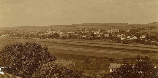 Rodné Kladruby od severozápadu na snímku z roku jeho narození 1905