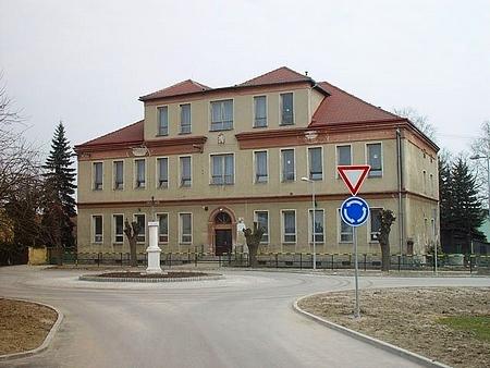 Základní škola v Líních - po vzniku republiky byla vzhledem k nárůstu žáků pro potřeby české školy (jejímuž vzniku místní Němci bránili až do roku 1912) zabrána budova školy německé, po roce 1939 se to opakovalo v obráceném gardu