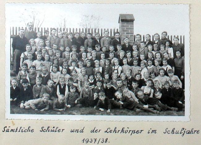 Všichni žáci německé školy v Líních i s učitelskými silami působícími tu ve školním roce 1937/1938, tedy pravděpodobně i s ním