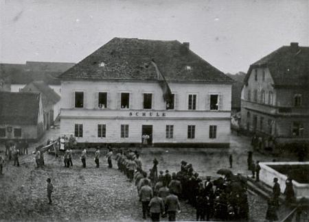 Budova německé obecné školy postavené v Kladrubech roku 1850