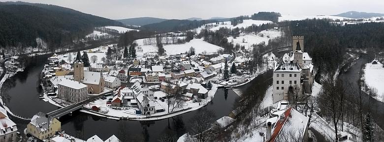Rodný Rožmberk nad Vltavou se závratným říčním meandrem