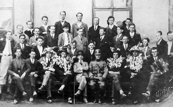 Na snímku z odvodu k československé armádě z roku 1932 sedí v prvé řadě vedle četnického strážmistra