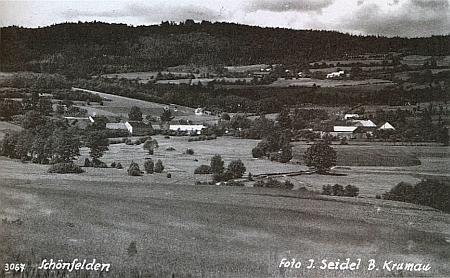 Osí zachycené Josefem Seidelem, nahoře nad ním dnes rovněž zaniklá Šavlova Lhota (Schlagl)