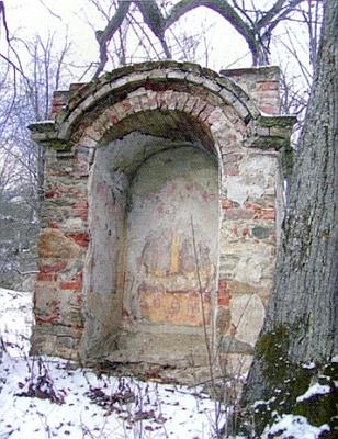 Kaple při dvou mohutných lipách na návsi někdejší vsi Osí (viz pohlednice výše)