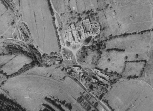... a na leteckých snímcích z let 1952, když už byly domy bez střech, a 2008