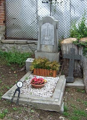 Hrob malého Ernsti Čakrta (1901-1906) s číslem 1 navimperském hřbitově