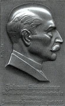 Bronzový reliéf s podobou jejího otce vytvořil rakouský sochař a medailér Oscar Thiede (1879-1961)