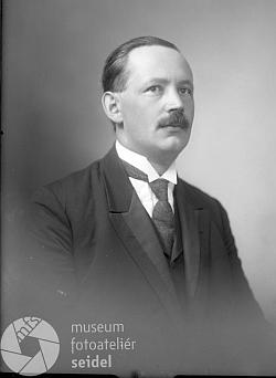 Na dvou snímcích z fotoateliéru Seidel, datovaných 25. srpna 1925