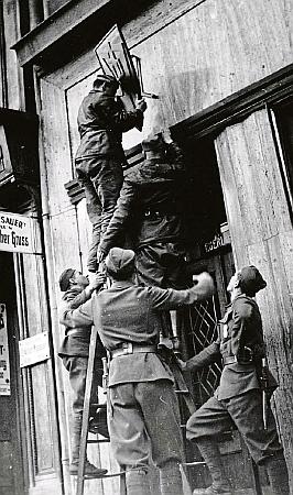 V září 1938 tu na nejmenovaném místě snímají členové armádního asistenčního oddílu znak SdP nad vchodem do sekretariátu právě zakázané strany