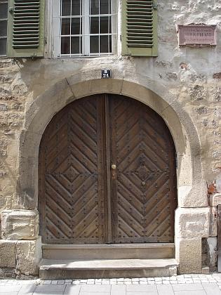 Vstupní dveře rodného domu s pamětní deskou nad nimi