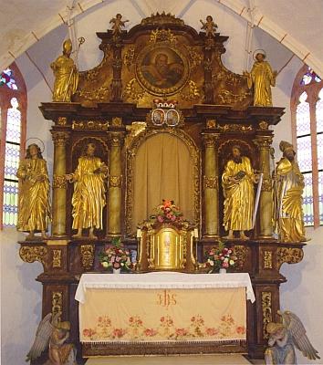 Barokní oltář zátoňského kostela s aliančním erbem eggenbersko-schwarzenberským z roku 1697 nad rouškou v místě Phillippotova obrazu kostelního patrona z roku 1745