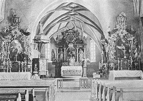 Starší snímek zachycuje celkový pohled do presbytáře zátoňského kostela i se dvěma bočními oltáři