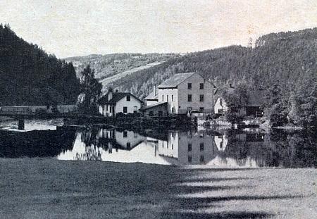 Mlýn Ziehensackmühle, ležící při řece Vltavě mezi Větřním a Zátoňskými Dvory, ovšem na protějším jejím břehu při vsi Všeměry, srovnaný se zemí v roce 1965, na snímku z roku 1944, provázeném v krajanském měsíčníku článkem o posloupnosti majitelů prastaré usedlosti - od devadesátých let dvacátého století při místech, kde někdejší mlýn stával, přechází řeku nový betonový most pro přepravu odpadu papíren ve Větřní
