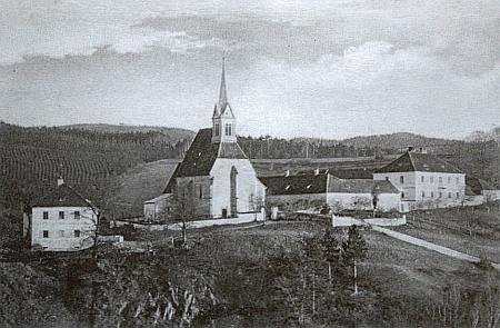 Celkový pohled na školu (vlevo), kostel a faru v Zátoni na pohlednici z dvacátých let dvacátého století