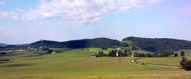 Rodný kraj: vlevo  je Ostrov a nad ním Turmberg, vpravo od středu jsou zbylá stavení ve Větrné, Vojtín stával ještě více napravo