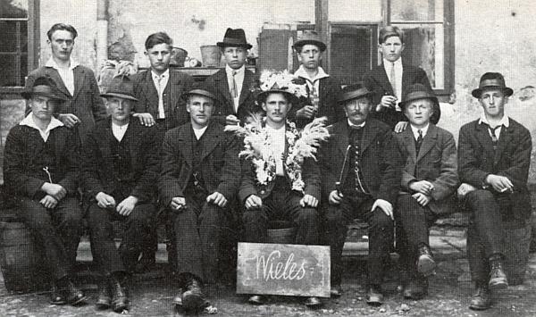 Ten nazdobený rekrut, sedící uprosřed snímku z odvodů do československé armády dne 31. května roku 1924, jeJosef Ullmann