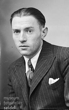"""Na jméno Johann Ullmann z Loučovic byl v únoru 1939 ve fotoateliéru Seidel připsán tento snímek - """"našemu"""" Johannovi bylo 27 let"""