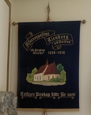 Loučovická poutní korouhev v kapli u Guglwaldu, která je upravena na pietní místo vysídlených šumavských Němců