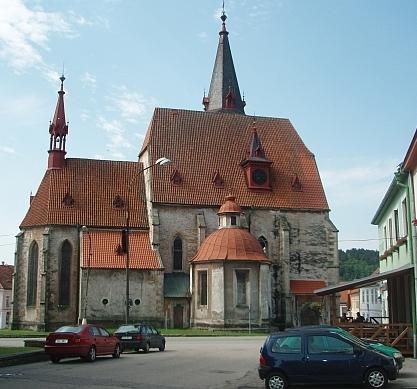 ... a pohled na kostel z chvalšinského náměstí