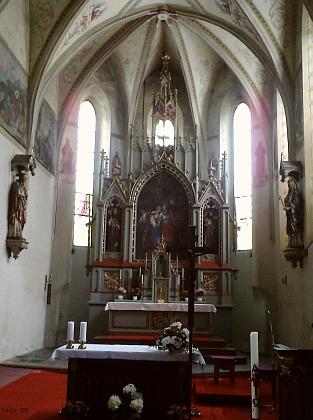 Oltář a křtitelnice kostela sv. Petra a Pavla v Kaplici