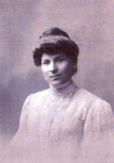 Jeho českobudějovická přítelkyně Josefine Holluba na ateliérovém snímku
