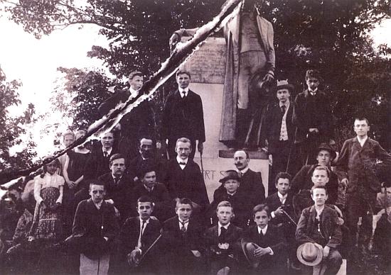 Na přetrženém snímku ze školního výletu v roce 1907 do Horní Plané je zachycen uprostřed s motýlkem před sochou Stifterovou, odhalenou rok předtím