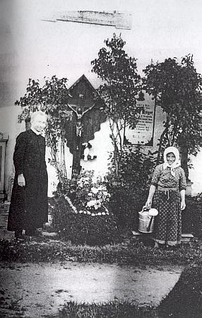 U hrobu své matky, která v Německém Rychnově u Frymburka roku 1934 zemřela