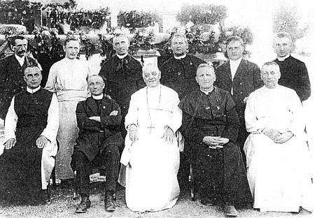 """Svěcení zvonů kostela v Německém Rychnově u Frymburka (obec zanikla jako """"Rychnůvek"""") v září 1923 - on je ten stojící zcela vpravo"""
