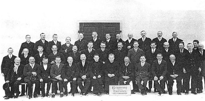 Vzpomínka na duchovní exercicie v Německém Rychnově u Frymburka někdy z roku 1933 ho zachycuje uprostřed místních farníků